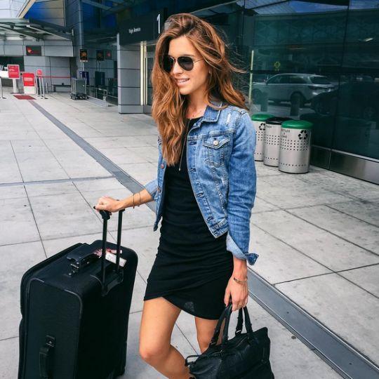 outfit de vestido negro con chaqueta
