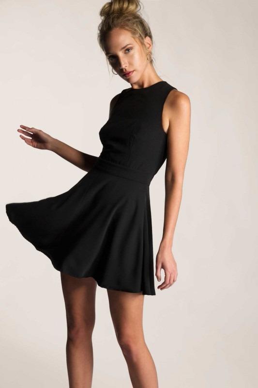 outfit elegante con vestido negro
