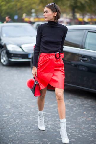 falda de cuero roja con botines