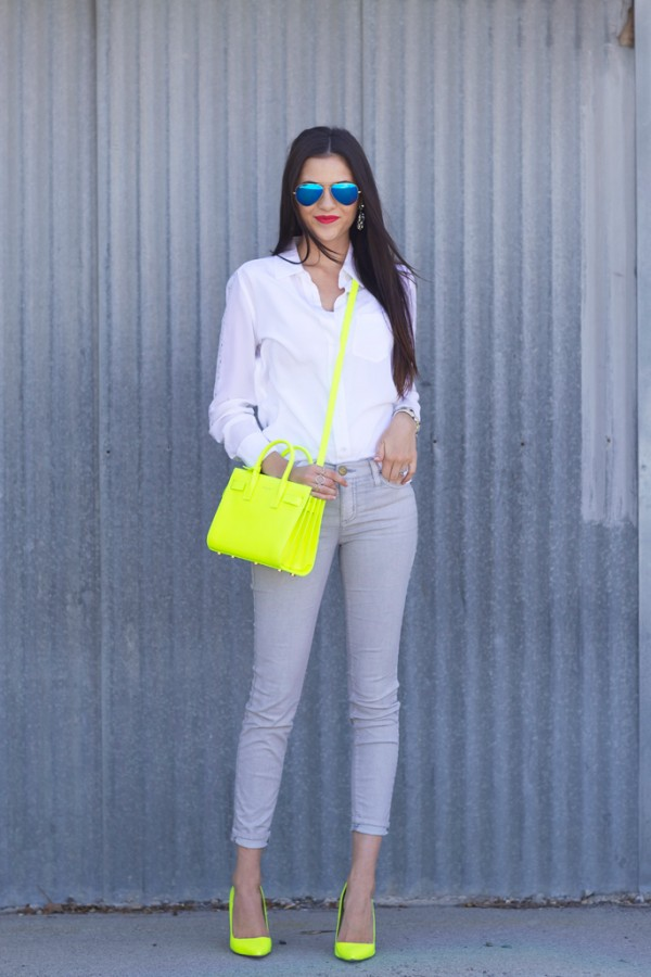 outfit jeans gris con neon