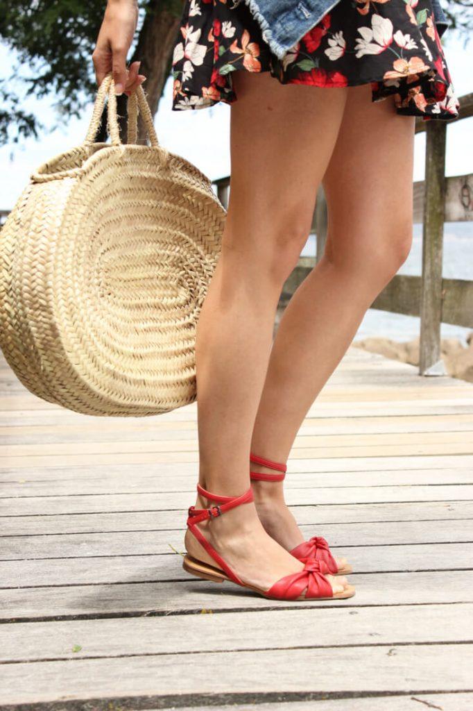 sandalias rojas con vestido