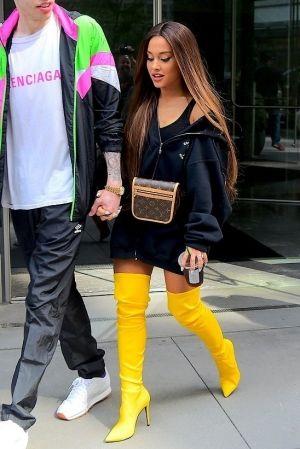 aoutfit con botas altas amarillas