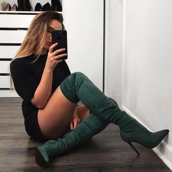 outfit con botas altas verdes