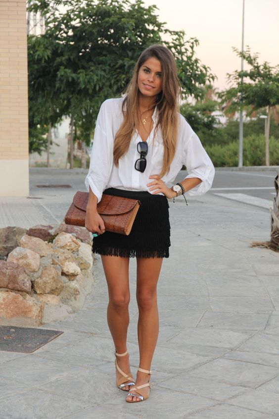 outfit con falda negra de flecos