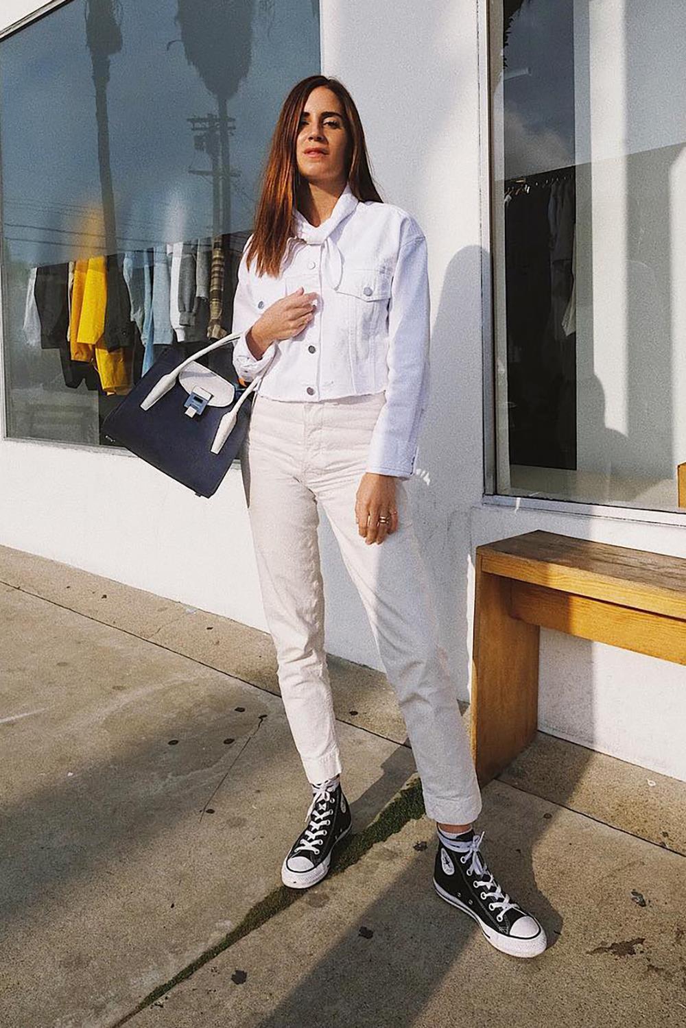 outfit con un pantalon blanco