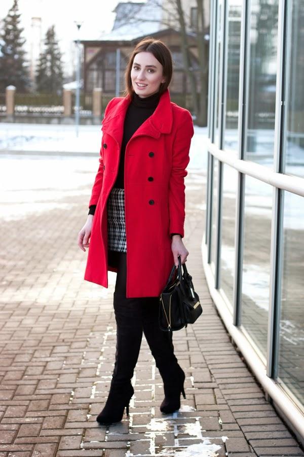 outfit de oficina con sueter rojo