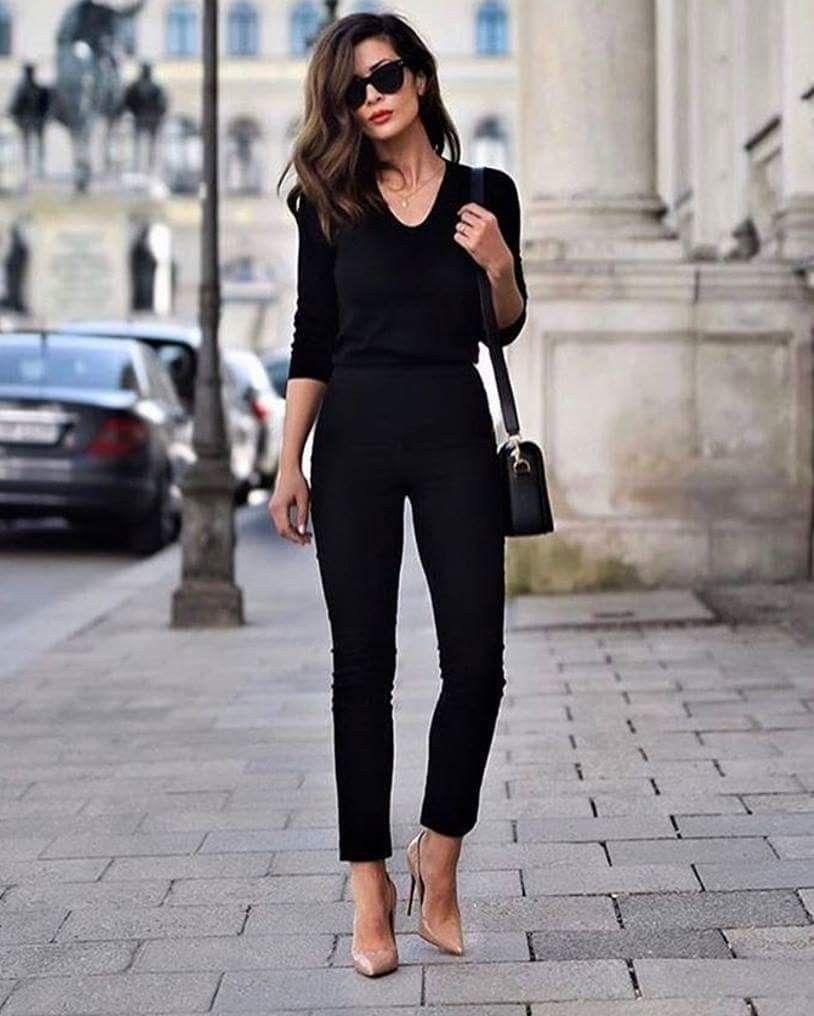 outfit de pantalon negro y accesorios