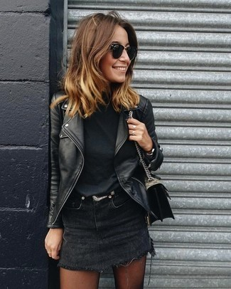 outfit negro con falda vaquera