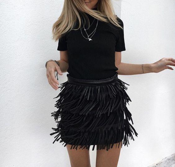 outfit total black con falda de flecos