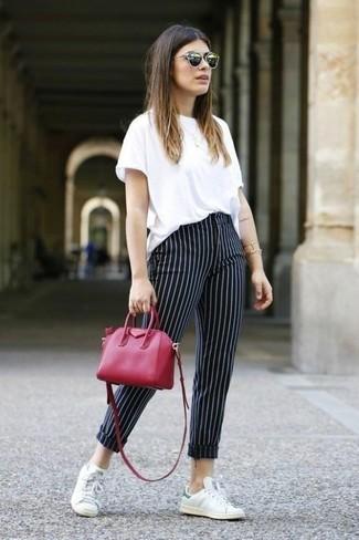 tenis blancos y pantalon negro a rayas