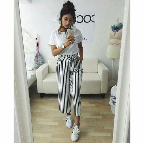 outfit casual con pantalon de rayas