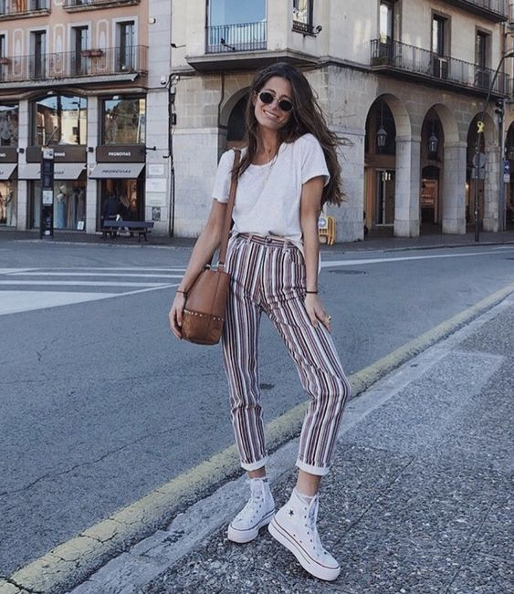 outfit con converse y pantalon de rayas