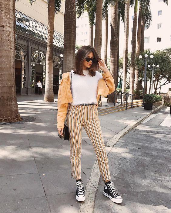 outfit con pantalon de rayas y converse