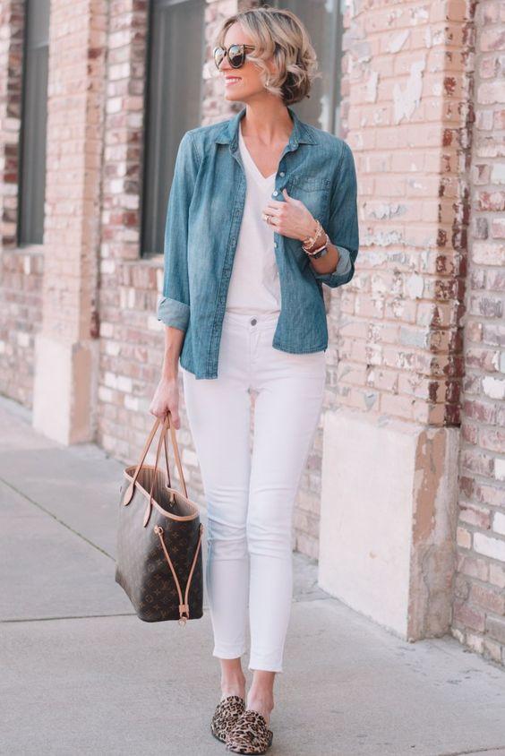 outfit de pantalon blanco y camisa vaquera