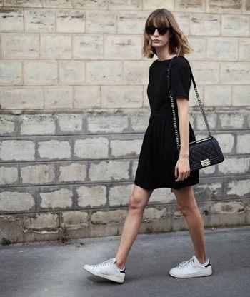 outfit de vestido negro con tenis