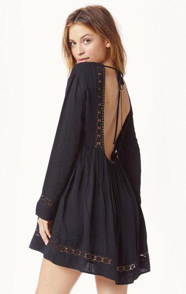 outfit de vestido negro para el verano