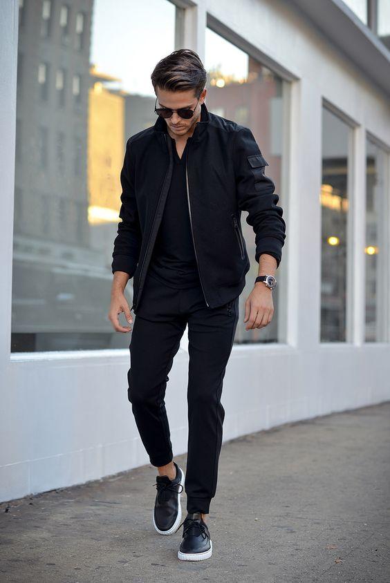 outfit negro de hombre para la lluvia